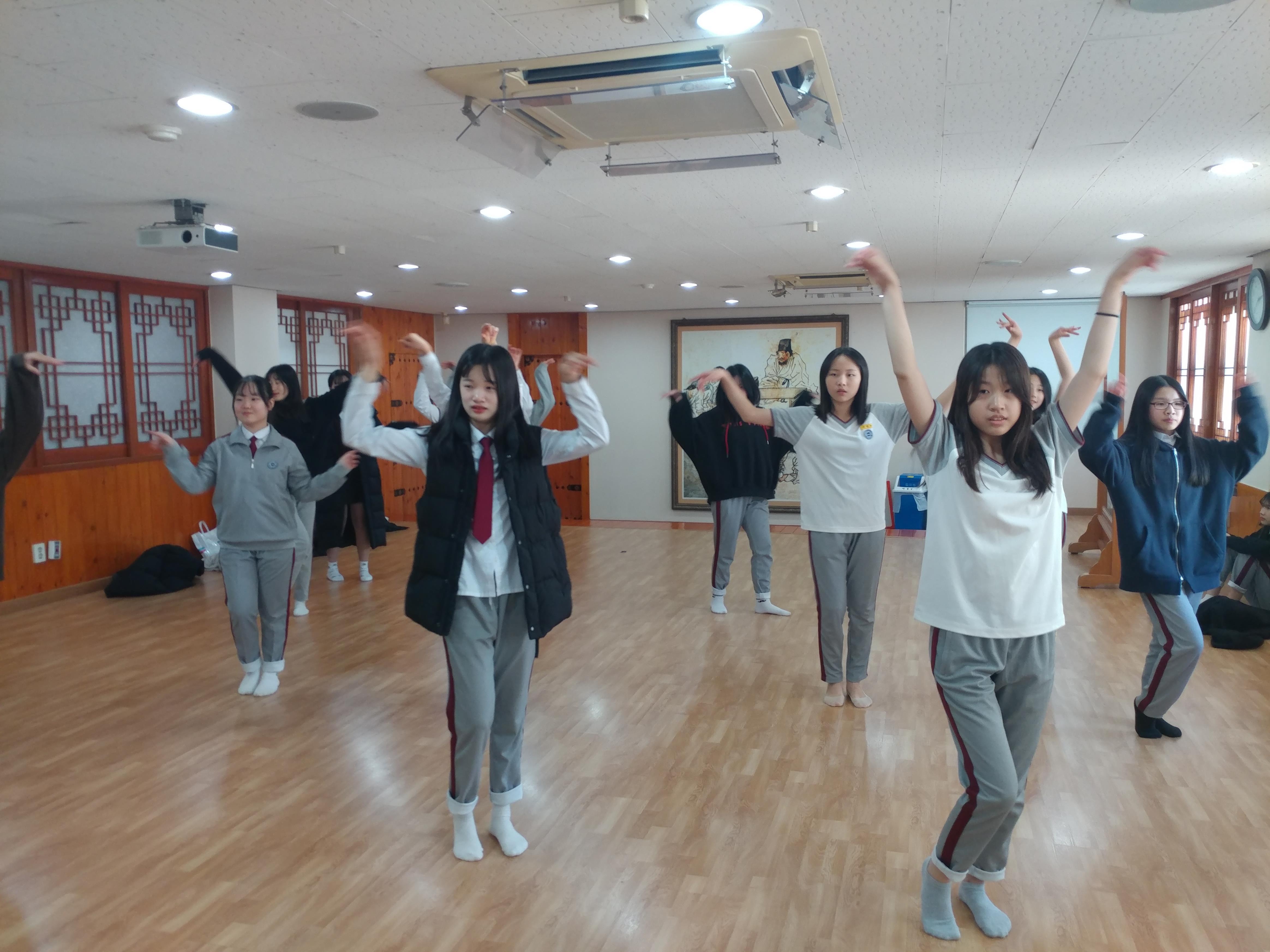 [활동 갤러리] 예술 체육 댄스반 1학년 2학기 활동 사진의 첨부이미지 1